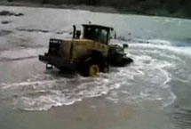 Video news- Lingong loader rescued villagers falling into the water in 45 minutes